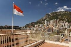 Vue des appartements de luxe de et du drapeau Monaco, d'Azuz de Cote Photographie stock