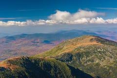 Vue des arêtes éloignées des montagnes blanches du sommet de Photos libres de droits