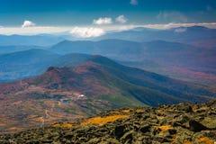 Vue des arêtes éloignées des montagnes et des lacs blancs du C images libres de droits
