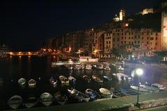 Vue des bâtiments du ` s de Portovenere la nuit et du port avec les bateaux amarrés image libre de droits