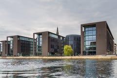 Vue des bâtiments modernes à Copenhague de canal photographie stock