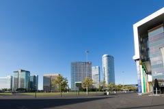 Vue des bâtiments modernes d'Amsterdam du boulevard d'arène Images libres de droits