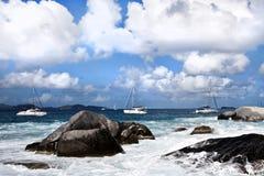 Vue des bateaux à voile sur l'île britannique Tortola photos libres de droits
