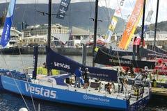 Vue des bateaux d'emballage participant à la course 2014-2015 d'océan de Volvo avec la vue de face du bateau de Vestas Photo libre de droits