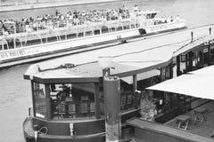 Vue des bateaux de Paris la Seine de pont Photographie stock
