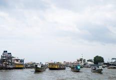 Vue des bateaux de touristes sur le fleuve Chao Phraya Image stock