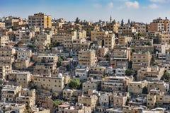 Vue des blocs carrés roses de la ville d'Amman, d'un point de vue élevé, à l'arrière-plan un ciel bleu clair image stock
