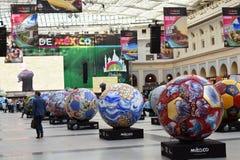 Vue des boules peintes réglées dans la rangée Zone de fan du Mexique pendant à la coupe du monde de la FIFA Russie 2018 Photo cou Images stock