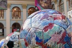 Vue des boules peintes réglées dans la rangée Zone de fan du Mexique pendant à la coupe du monde de la FIFA Russie 2018 Photo cou Image stock