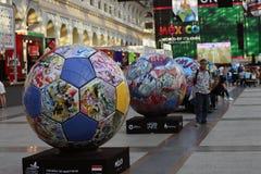 Vue des boules peintes réglées dans la rangée Zone de fan du Mexique pendant à la coupe du monde de la FIFA Russie 2018 Photo cou Image libre de droits