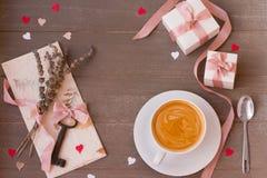 Vue des cadeaux, de la clé, de la lettre d'amour et des coeurs sur le fond en bois Jour du `s de Valentine Image stock