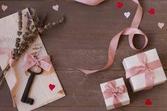 Vue des cadeaux, de la clé, de la lettre et des coeurs sur le fond en bois Jour du `s de Valentine Photos libres de droits