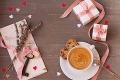 Vue des cadeaux, de la clé, de la lettre, de la tasse de café étonnant et des coeurs sur le fond en bois Jour du `s de Valentine Image stock