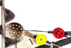 Vue des cannes à pêche, de l'attirail et de l'équipement de glace Photo libre de droits