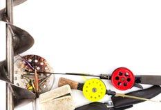 Vue des cannes à pêche, de l'attirail et de l'équipement de glace Images stock