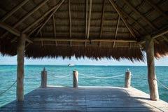 Vue des Caraïbe d'un pilier avec un toit d'herbe photographie stock