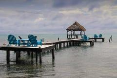Vue des Caraïbes de détente des canapés en bois bleus lumineux photographie stock libre de droits