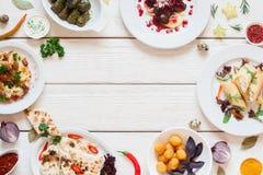 Vue des casse-croûte délicieux sur la configuration blanche d'appartement de table image libre de droits