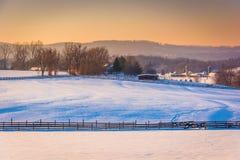 Vue des champs couverts de neige de ferme et des collines de pigeon près de Sprin Photographie stock libre de droits
