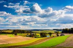 Vue des champs de Rolling Hills et de ferme à York du sud rural Cou image stock