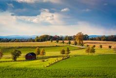 Vue des champs et des collines de ferme dans le comté de York rural, Pennsylvanie photo stock