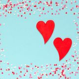Vue des coeurs colorés avec deux coeurs rouges Photographie stock