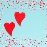 Vue des coeurs colorés avec deux coeurs rouges Photographie stock libre de droits