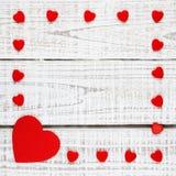 Vue des coeurs rouges sur le bois blanc Images stock