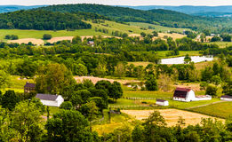 Vue des collines et des terres cultivables dans Piémont de la Virginie, vue du parc d'état de prés de ciel Images libres de droits