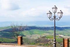 Vue des collines siciliennes vertes au printemps d'Aidone Image stock
