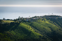 Vue des collines vertes et des maisons donnant sur l'océan pacifique Photos libres de droits