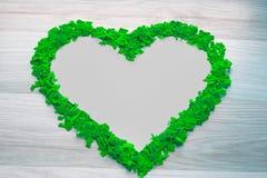 Vue des confettis verts - forme de coeur Copiez l'espace, fond Images stock