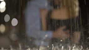 Vue des couples affectueux par les gouttes de pluie, l'étreinte et l'amour de éclaboussement, date clips vidéos