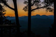 Vue des crêtes de montagne Coucher du soleil en Thaïlande photographie stock