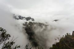 Vue des crêtes de montagne dans les nuages Photos libres de droits