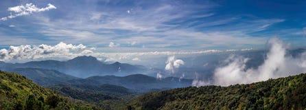 Vue des crêtes de montagne, panorama tropical conifére de forêt images stock