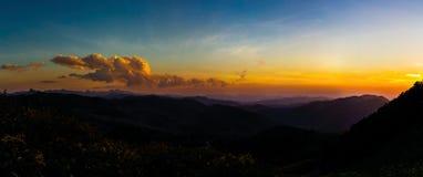 Vue des crêtes de montagne, panorama tropical conifére de forêt photo libre de droits