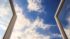 vue des cumulus blancs fonctionnants jusqu'au ciel bleu de la fenêtre banque de vidéos