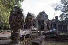 Vue des découpages du nord de garuda de porte et de chaussée au temple du 12ème siècle de Preah Khan photographie stock libre de droits