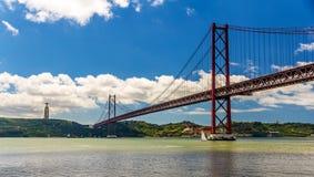 Vue des 25 De Abril Bridge - Lisbonne Photo libre de droits
