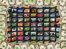 Vue des dollars et des comprimés avec des photos Photographie stock