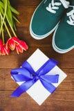 Vue des espadrilles et du cadeau bleu Photographie stock