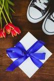 Vue des espadrilles et du cadeau bleu Image libre de droits