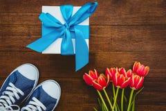 Vue des espadrilles et du cadeau bleu Photo stock