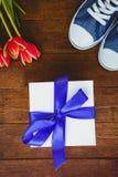 Vue des espadrilles et du cadeau bleu Photo libre de droits