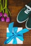 Vue des espadrilles et du cadeau bleu Images stock