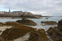 Vue des falaises à Saint Malo dans la soirée images libres de droits