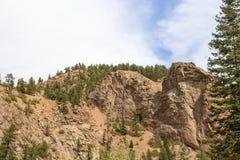 Vue des falaises de domination et glissières avec quelques arbres à feuilles persistantes et d'un grand arbre à feuilles persista photographie stock libre de droits