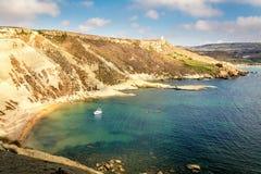Vue des falaises près de la plage de baie de Tuffieha, Malte Images stock