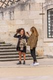 Vue des femmes près de l'escalier de l'université du bâtiment de loi à Coimbra, parlant et prenant des photos avec le mobile photo stock